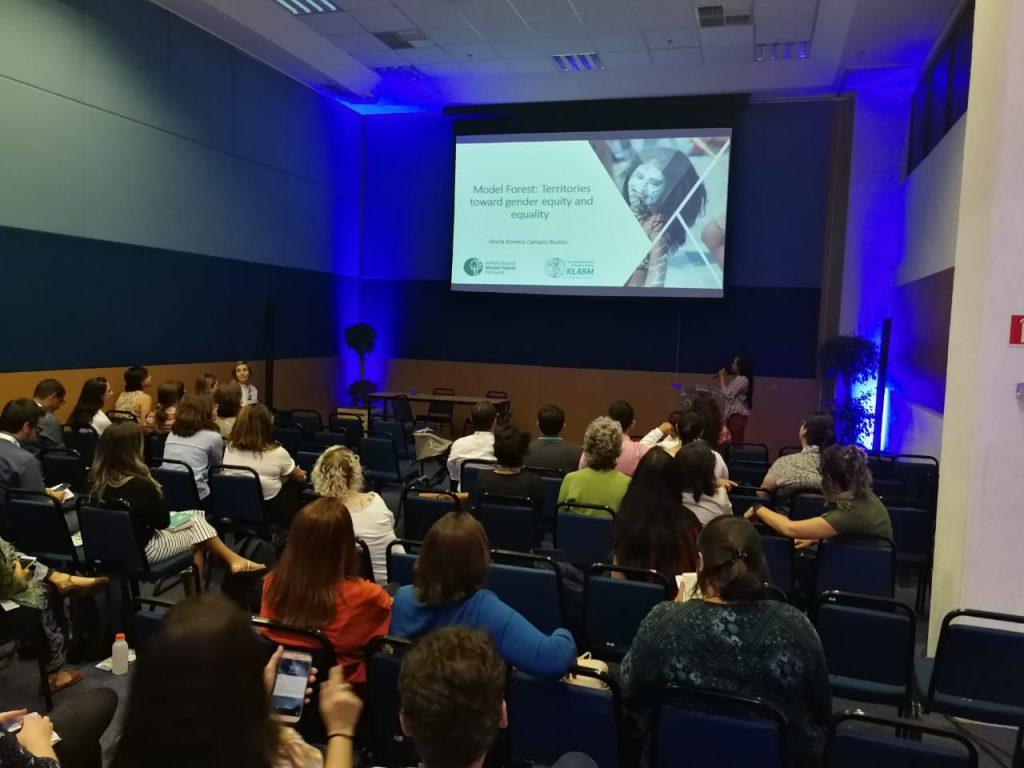 Maria Ximena Campos du Secrétariat du Réseau latinoaméricain de Forêts Modèles présentant sur l'équité des genres dans les Forêts Modèles