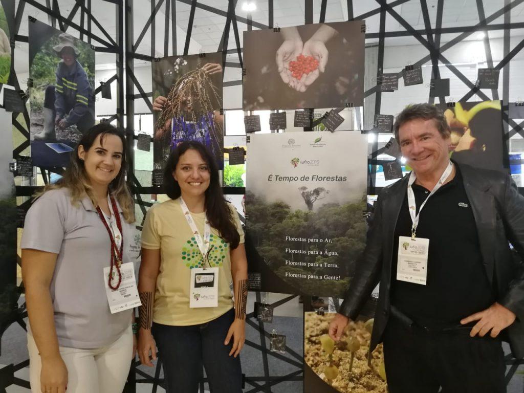 Devant le kiosque du project Arboretum, mené par la Forêt Modèle Hileia Baiana, Renata et Natalia de la Forêt Modèle Hileia Baiana, et Fernando Carrera, gérent du Secrétariat du Réseau latinoaméricaind de Forêts Modèles