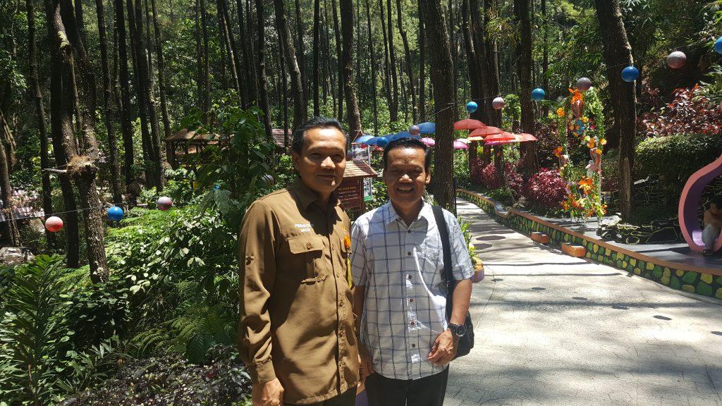M. Asep DM (à gauche), chef du District de la Forêt Lawu, et M. Hariyanto (à droite), enseignant et chef d'une communauté locale, surveillent régulièrement le Parc pour assurer sa propreté.